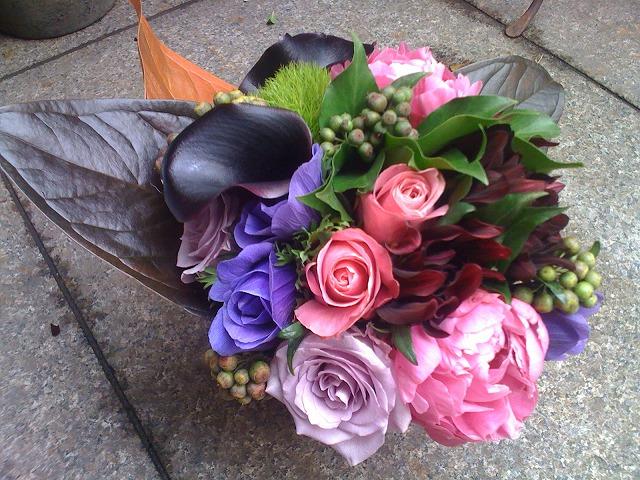 カラー、ダリア(黒蝶)、アネモネ、イブピアッチェ、バラ(イントゥリーク)、ヘデラベリー、アンスの葉
